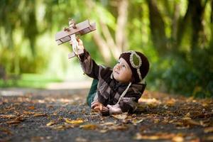 jongen met vliegtuig in het park foto