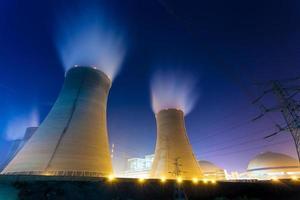 thermische energiecentrale 's nachts foto