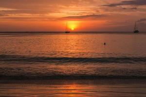 zonsondergang in phuket thailand foto
