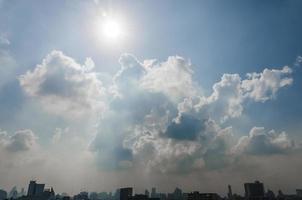 zon en wolk in blauwe lucht boven de stad van bangkok foto