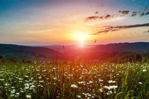 ochtend in de bergen met opkomende zon