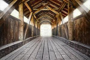 houten brug met glimmende balken foto