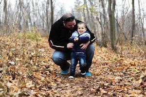 vader en zoon op herfstseizoen foto