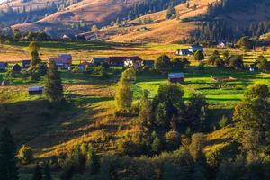 prachtige natuur van de bergen en heuvels in de zomer foto