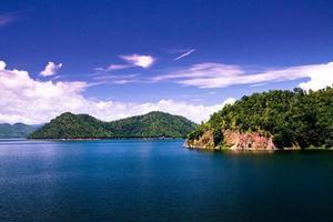 water in de dam met blauwe lucht