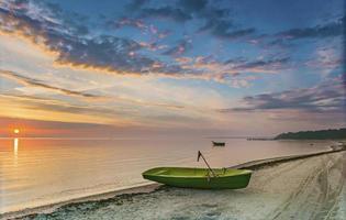 ochtendzicht op vissersboot op de Oostzee,