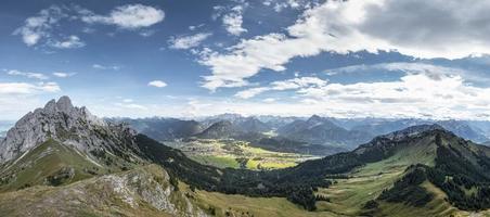 panorama vanaf de berg hahnenkamm met zicht op reutte foto