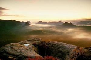 kleiner winterberg uitzicht. fantastische dromerige zonsopgang in rotsachtige bergen foto