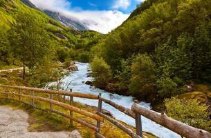 rivier in de buurt van briksdal gletsjer - noorwegen foto