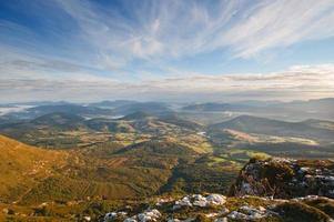 uitzicht op de vallei bij zonsopgang vanaf de top van de bergen foto
