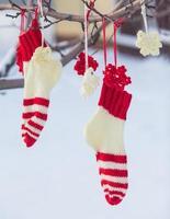 kerstman kerstlaars voor geschenken buiten