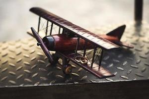 trouwringen op het vleugel speelgoed vliegtuig foto