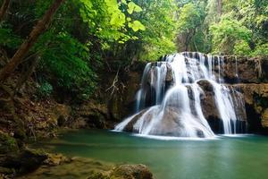 waterval in nationaal park, kanchanaburi-provincie, thailand foto