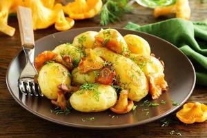 gebakken aardappelen met cantharellen. foto