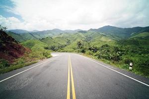 landweg op de berg foto