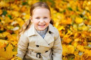 klein meisje buiten in de herfst