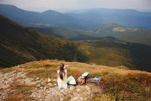 toerist bovenop berg foto