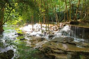 niveau zes van waterval huai mae kamin in kanchanaburi, thailand