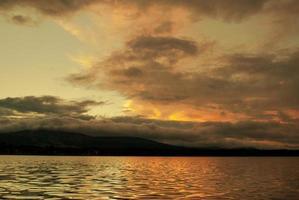 zonsondergang op het meer.