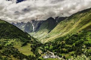 bewolkte bergen foto