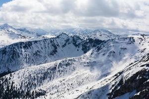 wolken boven de bergen in de bergen foto