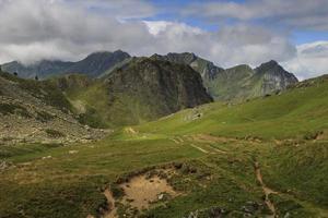met gras begroeide bergen, bergen van de pyreneeën foto