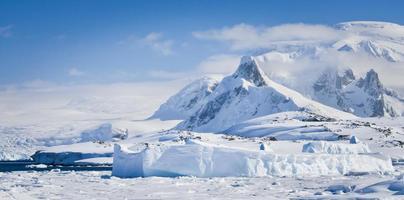 sneeuw bedekte bergen foto