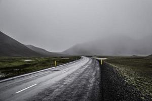 mistige bergweg