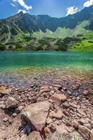 kristalheldere vijver in de bergen foto