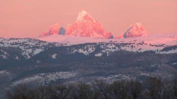 besneeuwde bergtoppen foto