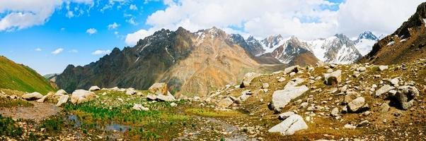 panorama uitzicht op tien shan pieken en bergen in de buurt van almaty.