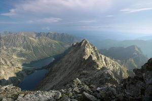 het uitzicht vanaf de top in het tatra-gebergte foto