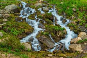 waterval in de rotsachtige bergen foto