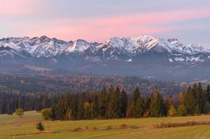 ochtendpanorama van Tatra-gebergte in de herfst, Polen foto