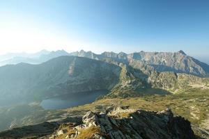 hoge tatra-bergen in de zomerochtend foto