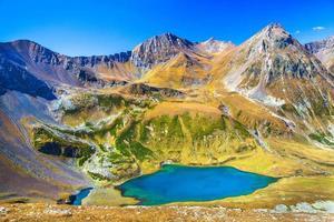panoramisch uitzicht over de meren en bergen foto
