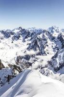 berg in de wolken foto