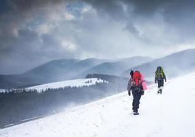 wandelaar in winter bergen foto
