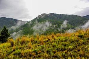 wolken in de bergen
