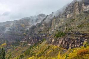 mist over de herfstbergen foto