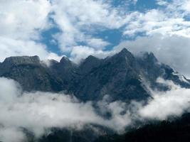 berg omgeven door mist foto