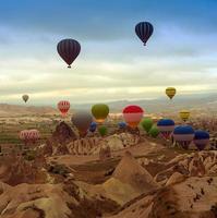 luchtballon in de bergen