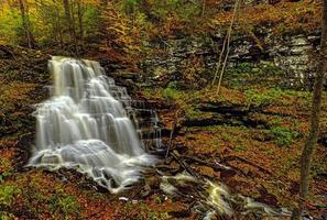 waterval in de bergen foto