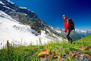 wandelaar in de bergen van de Kaukasus