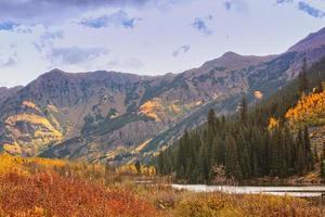 schilderachtige berg in de herfst foto