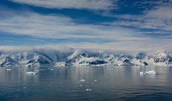besneeuwde berg in antarctica foto