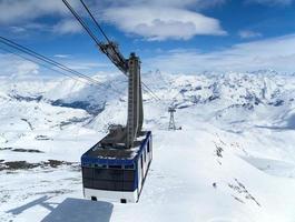 kabelbaan hoog in de bergen foto