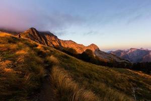 zonsopgang in de bergen foto