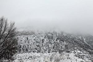 wolkenbedekkende smelterij berg