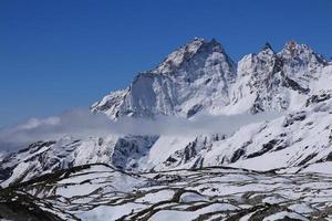 scène in de gokyo-vallei, gletsjer en hoge bergen foto